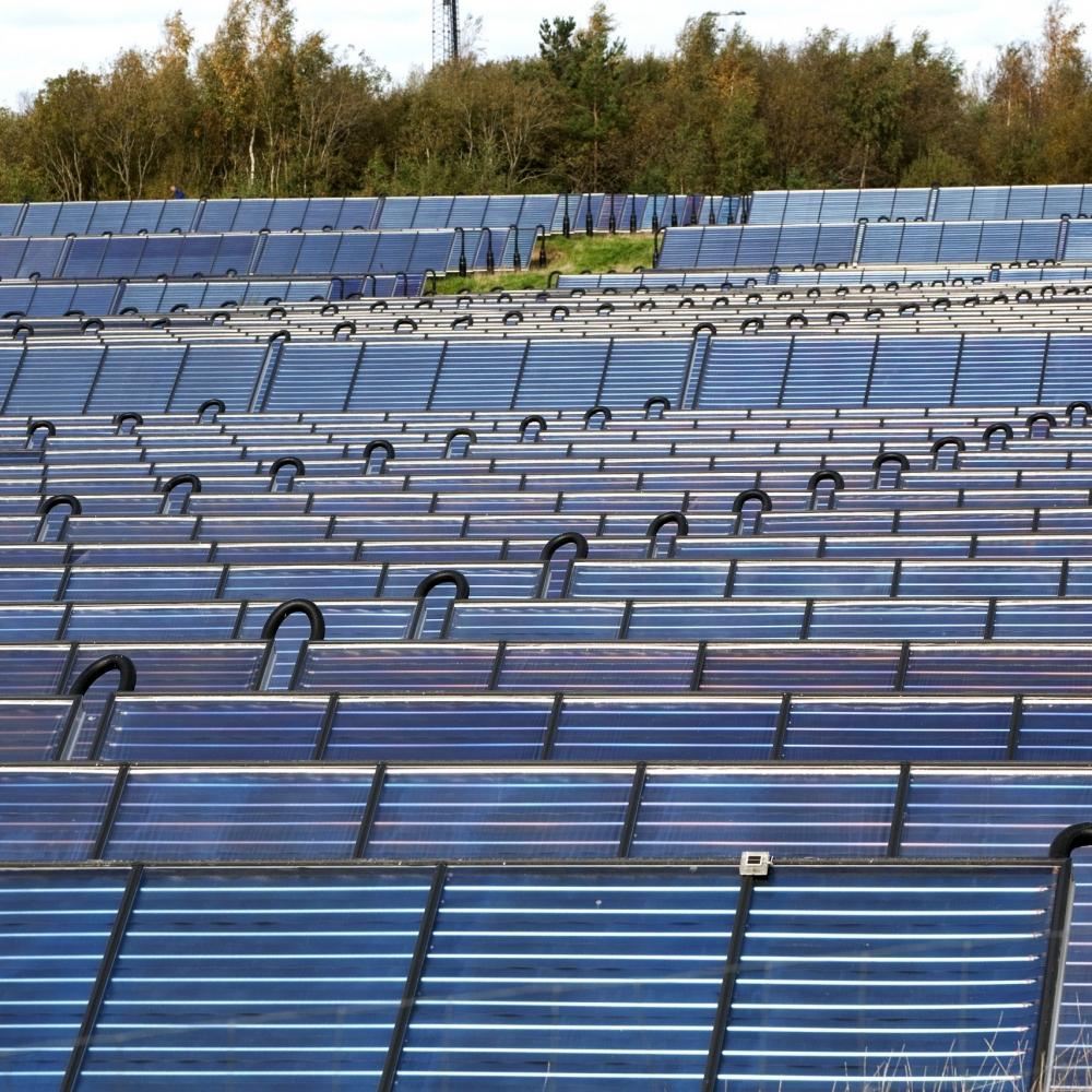 Solvarmeanlægget i Brædstrup fotograferet 28. september 2011.  Danmarks første solvarmeanlæg, der blev etableret i kombination med et  kraftvarmeværk   Det første anlæg, der er på 8.012 m2, blev indviet den 20. august 2007.  Efter billederne er taget er anlægget udvidet med 10.600 m2, blev indviet den 29. maj 2012.